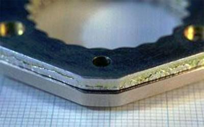 従来のプレスで加工した切り口(上)、FB加工した平滑な切り口(下)